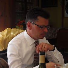 Gianni er værten.