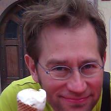 Marc es el anfitrión.