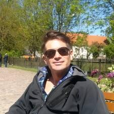 Klaus-Michael es el anfitrión.