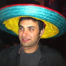 Javier est l'hôte.