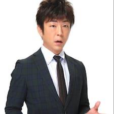 Satoshi(聡史) es el anfitrión.