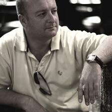 Kevin — хозяин.