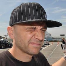 Michał è l'host.