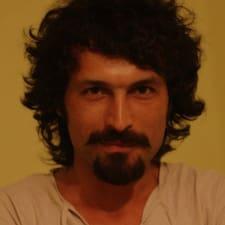 Özgür est l'hôte.