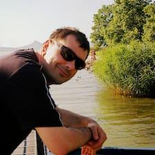 Gábor ist der Gastgeber.