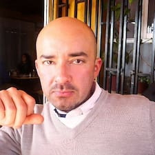 Alejandro — хозяин.