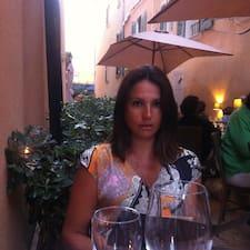 Caroline es el anfitrión.