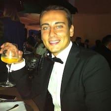 Alessandro ist der Gastgeber.