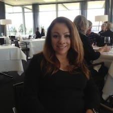 Maria est l'hôte.