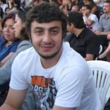 Bekir es el anfitrión.