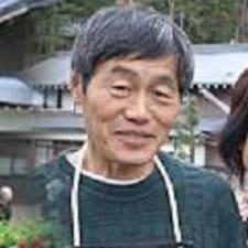 Kuniyasu est l'hôte.