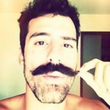 Gustavo — хозяин.