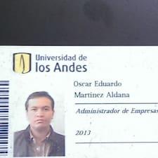 Oscar Eduardo est l'hôte.