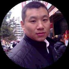 明贵 is the host.