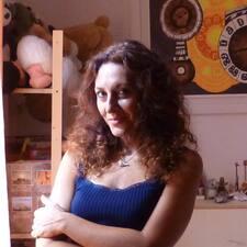 Adriana è l'host.