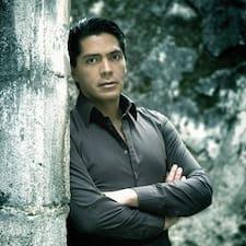 Enrique — хозяин.