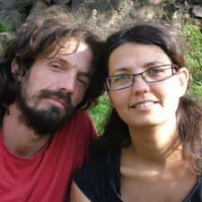Mónica Y Francis es el anfitrión.