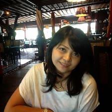 Dewi Gita is the host.