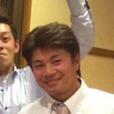 Takanori est l'hôte.