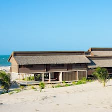 Beach House è l'host.