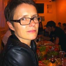 Simone ist der Gastgeber.