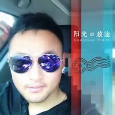 磊 es el anfitrión.
