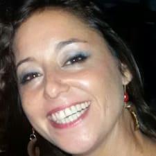 Bárbara is the host.