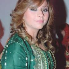 Asmaa est l'hôte.