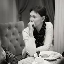 Irina es el anfitrión.