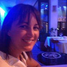Anne est l'hôte.
