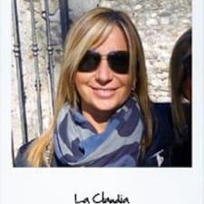 Claudia est l'hôte.