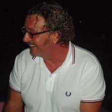 Fabrizio es el anfitrión.