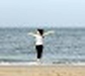 девушка загорает на пляже подходит к ней мужчина