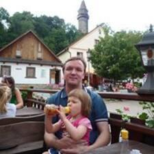 Василий es el anfitrión.