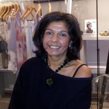 Assya ist der Gastgeber.