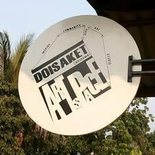 Doisaket is the host.