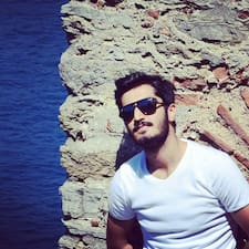 Mehmet Nuri est l'hôte.