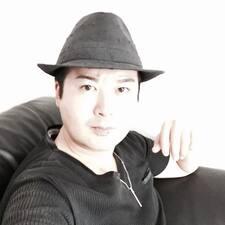 登晶(Takaaki) est l'hôte.
