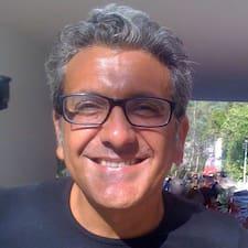 Fernando es el anfitrión.