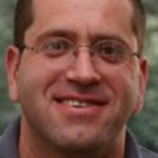 Ehud es el anfitrión.
