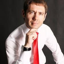 Алексей es el anfitrión.