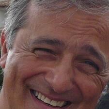 Giacomo Paolo jest gospodarzem.
