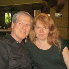 John & Pamela es el anfitrión.