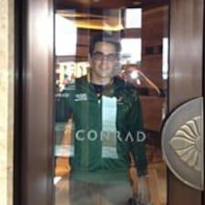 Conrad es el anfitrión.