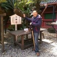 明祥 es el anfitrión.