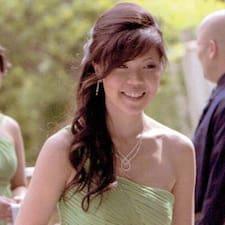 Laura es el anfitrión.