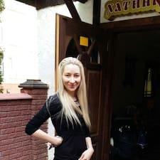 Юлия es el anfitrión.