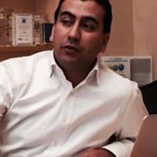 Oualid es el anfitrión.