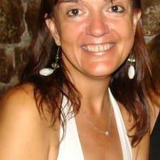 Montse Vila è l'host.