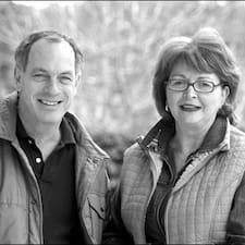 Denise And Barry ist der Gastgeber.